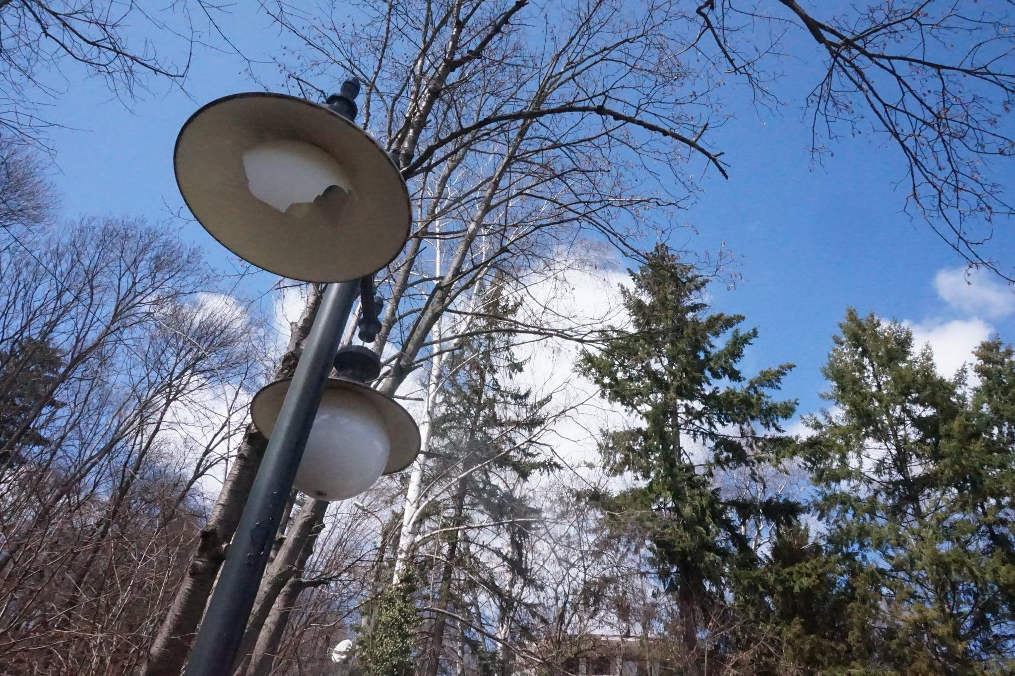 Счупени са дузина осветителни тела в центъра и в парковете на Банкя