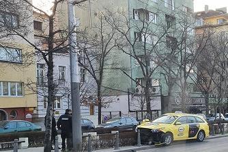 Такси се заби в антипаркинг колчета близо до Орлов мост