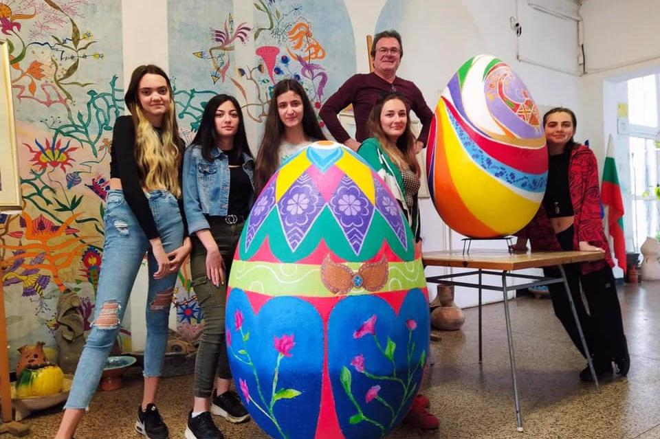 "Огромно великденко яйце изписаха ученици от столичната гимназия ""Проф. Нико"