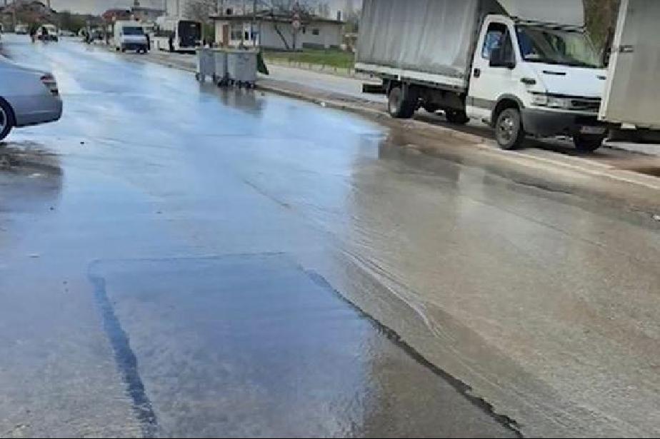 """Отходна вода тече по булевард """"Възкресение"""" в София"""