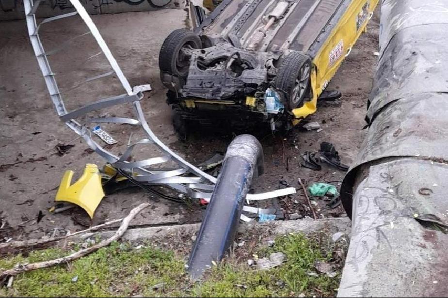 """Такси падна в реката на """"Опълченска"""", катастрофира с Ауди"""