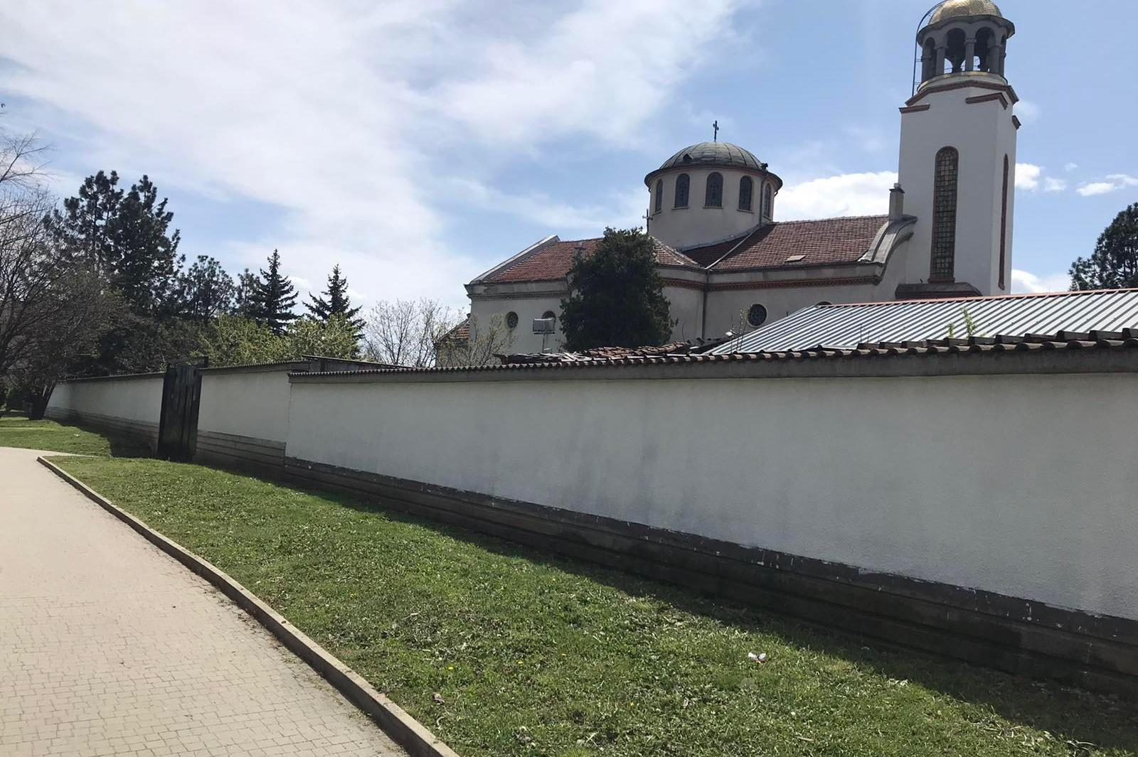 """Изчистиха от графити оградата на църквата """"Света Троица"""" в  """"Слатина"""""""