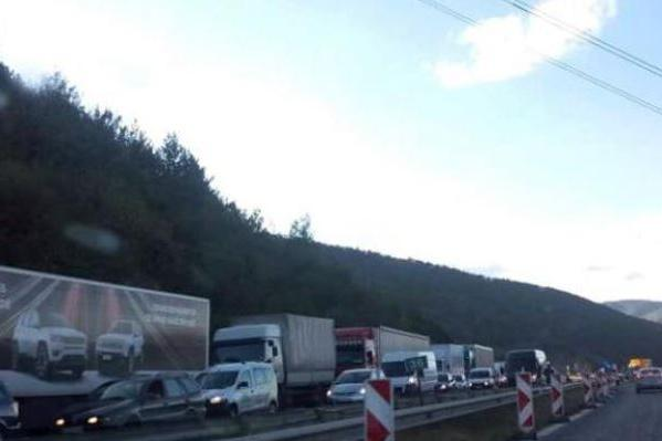 """Засилен трафик по """"Тракия"""" към София в последния от поредицата почивни дни"""