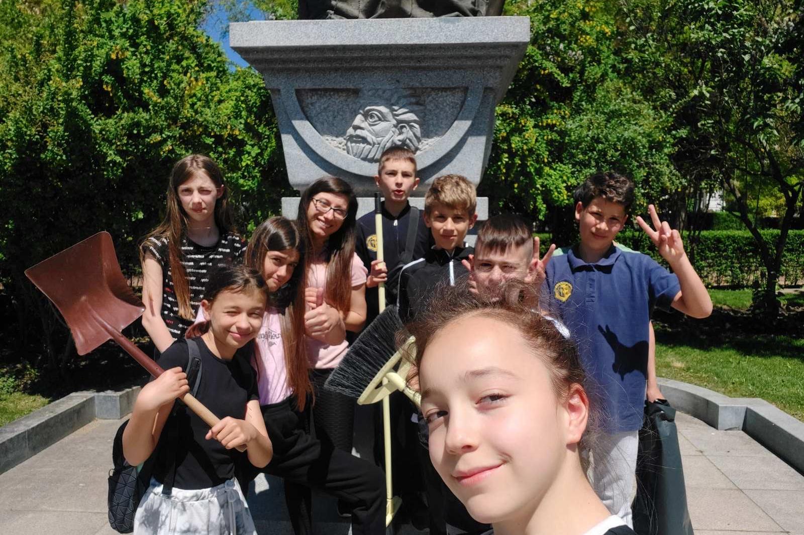 Ученици почистиха около паметника на Цар Самуил в центъра на София (СНИМКИ)