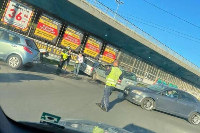 """Катастрофа затрудни движението на кръговото на 4ти км посока """"Дружба"""""""