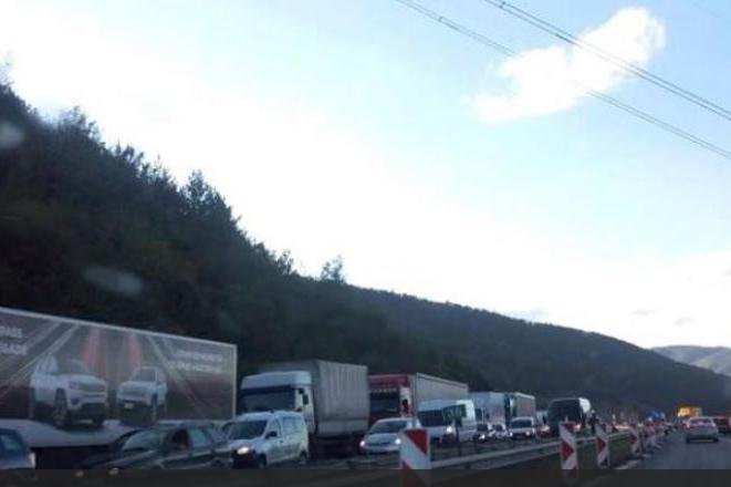 """Движението по """"Тракия"""" към София се осъществява в активната лента заради ПТ"""
