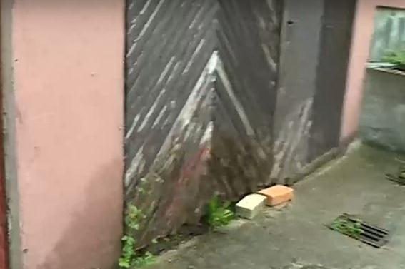 """Жители на """"Симеоново"""" се оплакват от наводнени къщи заради пропаднала улица"""