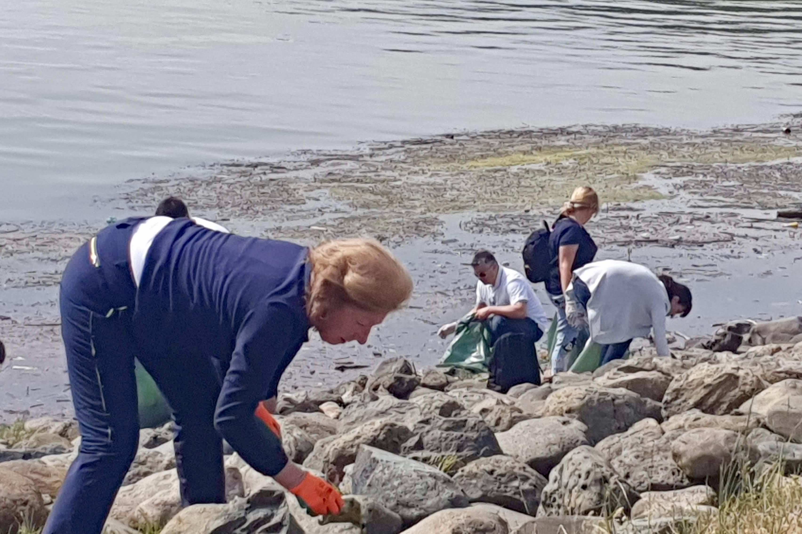 6, 78 тона отпадъци събраха доброволци при почистването край Панчаревското