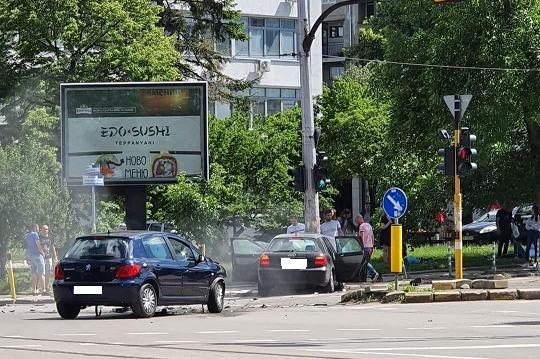 """Две коли с абитуриенти се удариха на """"Александър Жендов"""" и """"Шипченски прохо"""