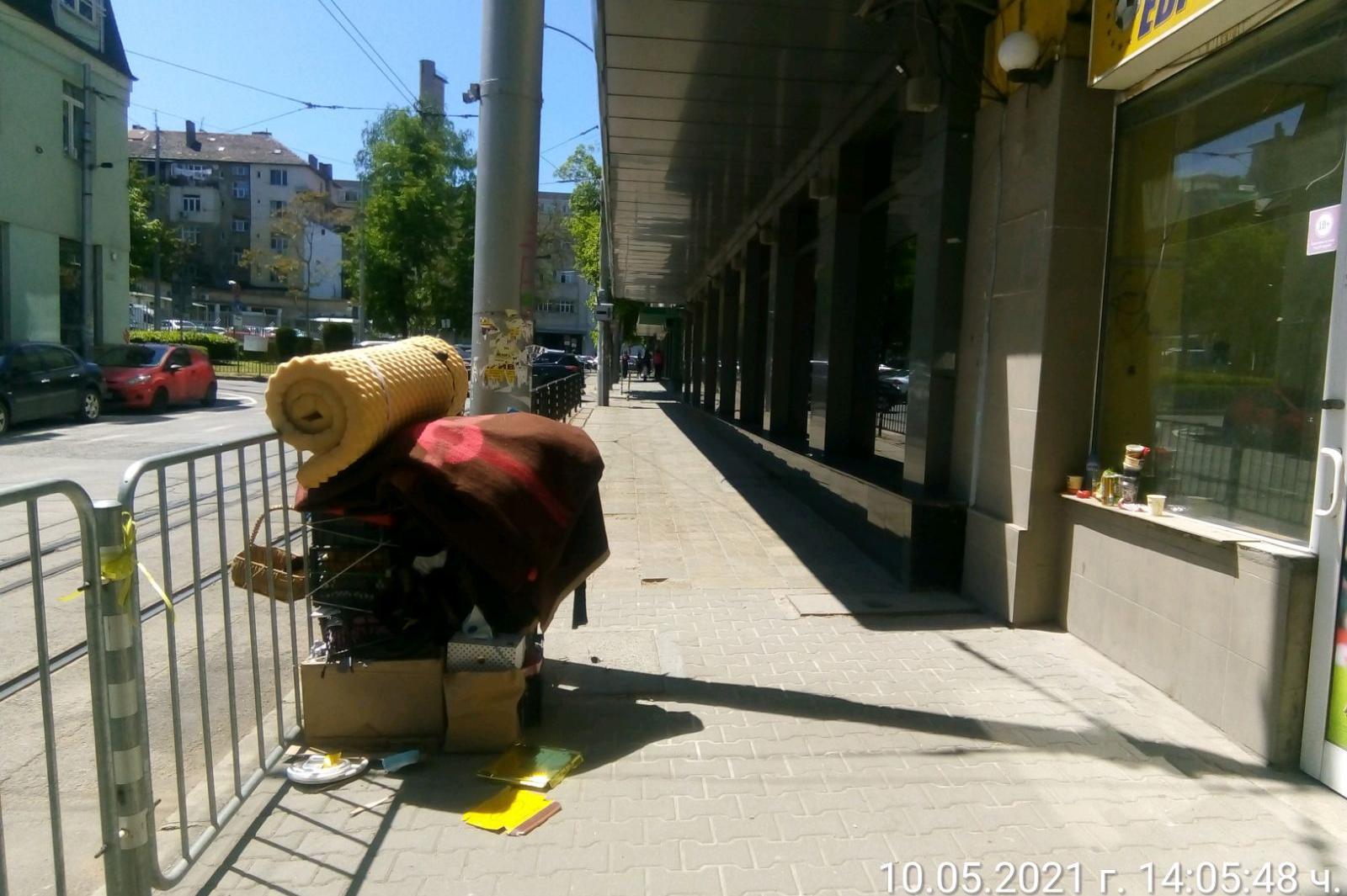 """Махнаха отпадъци, струпани на тротоара на ул. """"Искър"""" 9"""