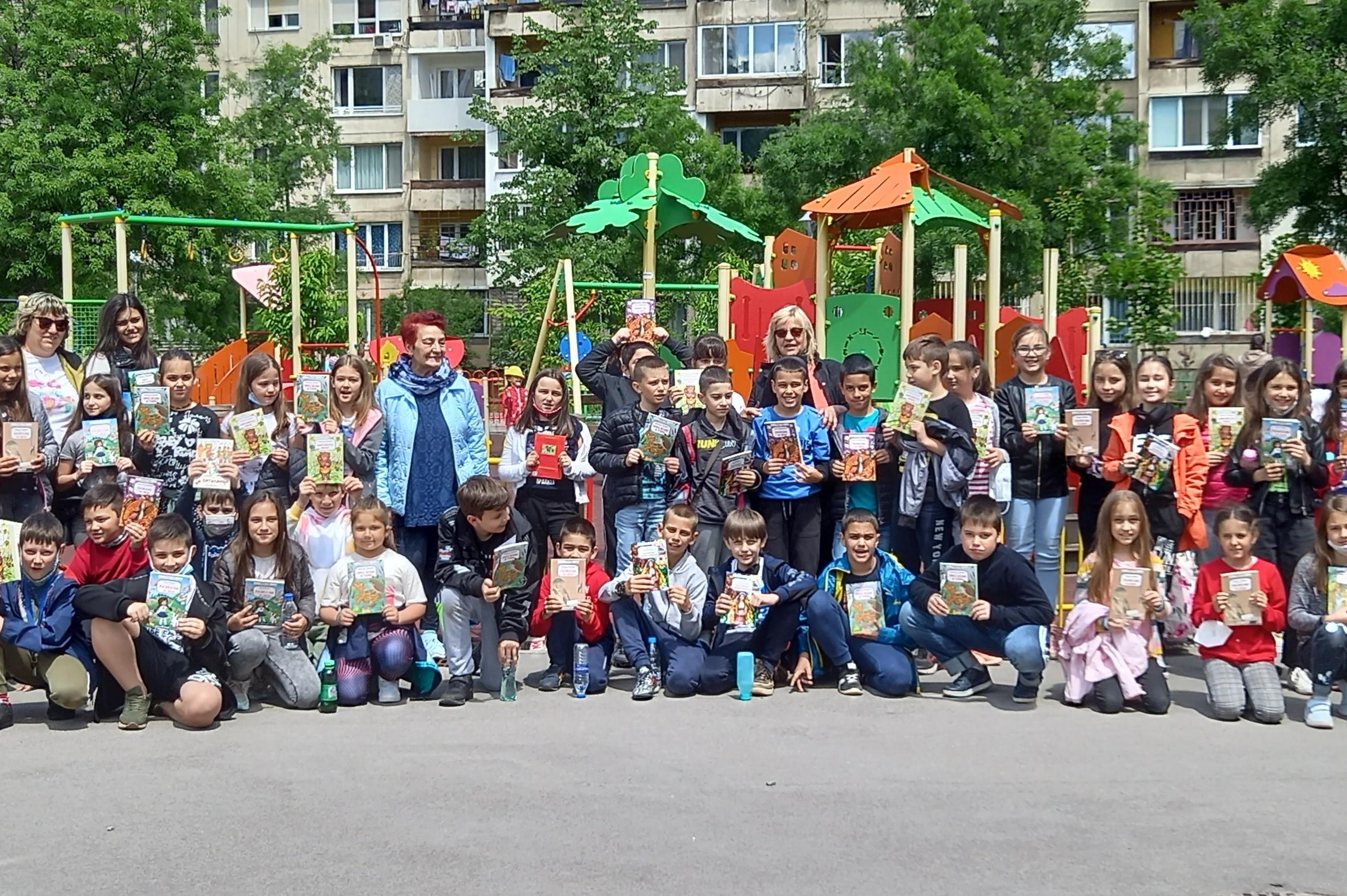 """Децата от 30 СУ и 67 ОУ участваха в маратон на четенето във """"Възраждане"""""""