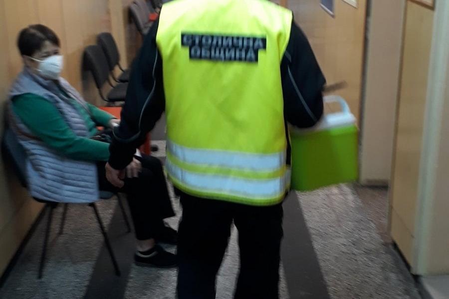 Три екипа на АПП доставиха 2266 дози ваксини до 9-те ДКЦ-та в София