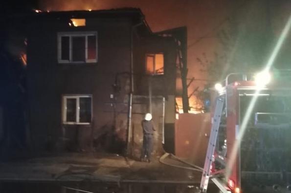 """Три къщи изгоряха в столичния """"Орландовци"""", жена е пострадала и е в болница"""
