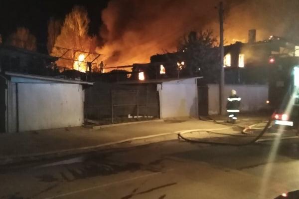 """Три къщи горяха в столичния """"Орландовци"""", жена е пострадала и е в болница"""