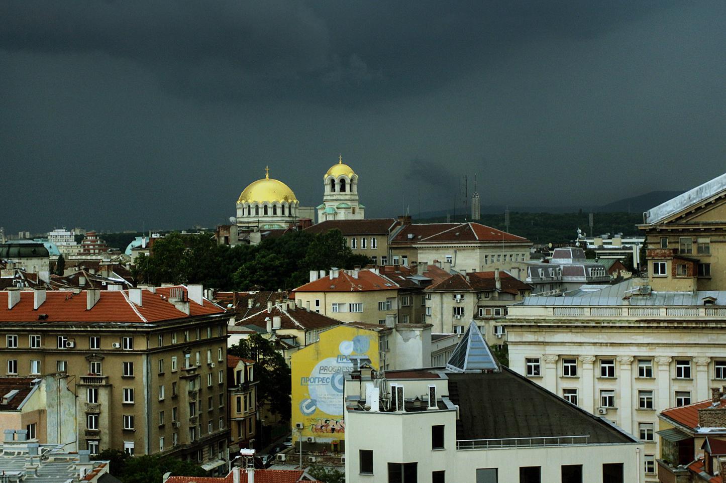 14 сигнала за наводнения и паднали дървета в София след силния дъжд