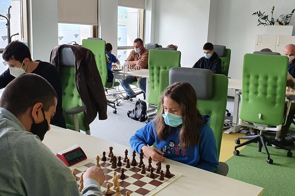 Гросмайстори и състезатели мерят сили в столичния шах турнир Accedia Master