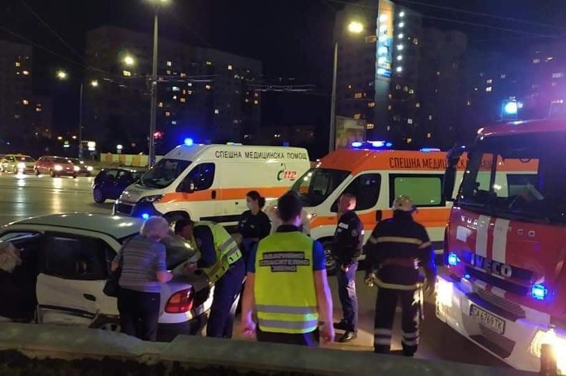 """Възрастни хора катастрофираха на бул. """"Царица Йоанна"""" в Люлин"""