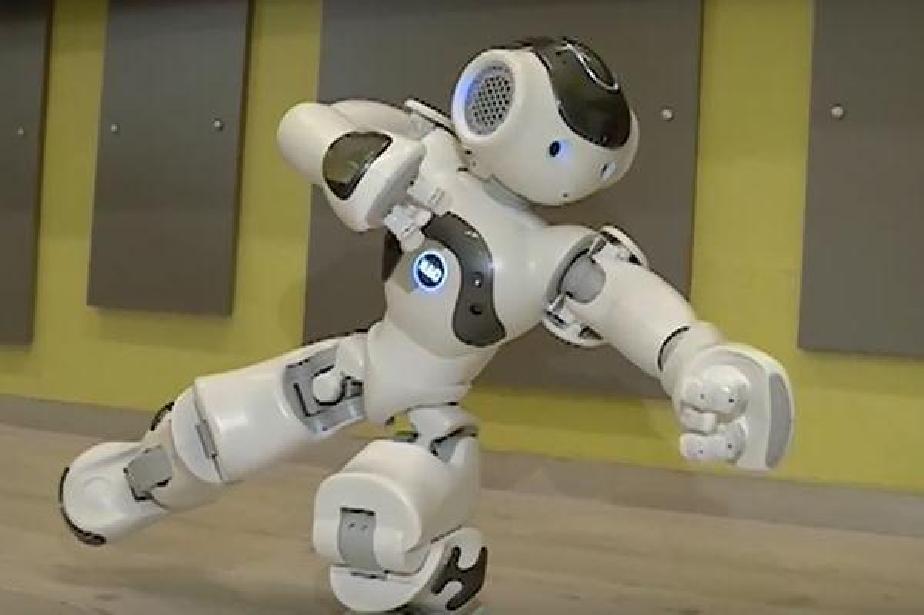"""Робот помага на ученици в столичното 93 СУ """"Александър Теодоров – Балан"""""""