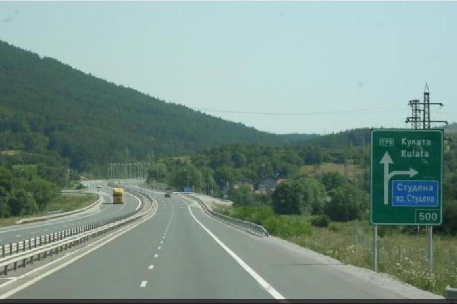 """Движението при км 166 по """"Струма"""" към София е в аварийната лента заради раз"""