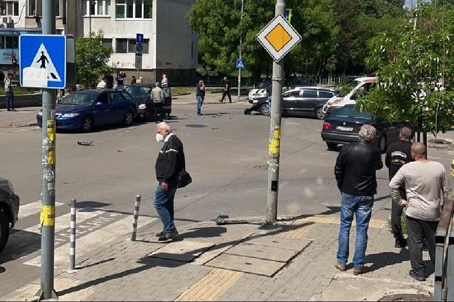 """Моторист пострада при катастрофа с 6 коли на кръстовище на ул. """"Симеон"""""""