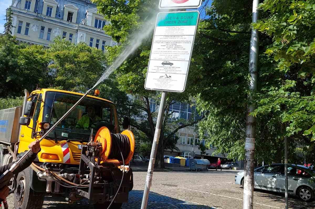 Мият пътни знаци и улици в столичните квартали (СНИМКИ)