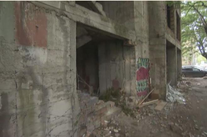 Столичани настояват за събаряне на опасна сграда до Центъра на София
