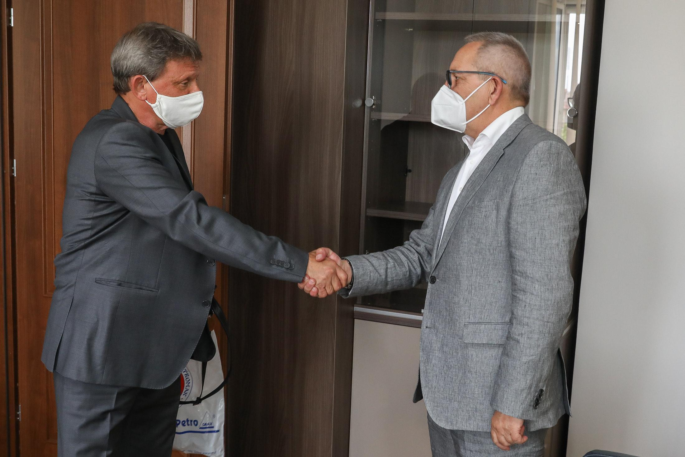Министър Кузманов награди състезателките по карате Александра Стублева и Ив