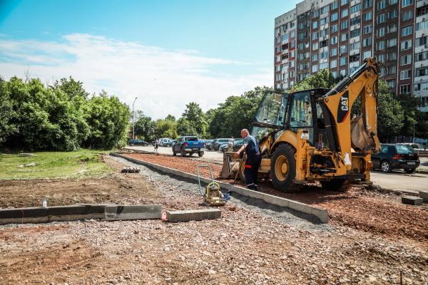 """Кметът на София провери изпълнението на открит паркинг в """"Дружба"""" (СНИМКИ)"""