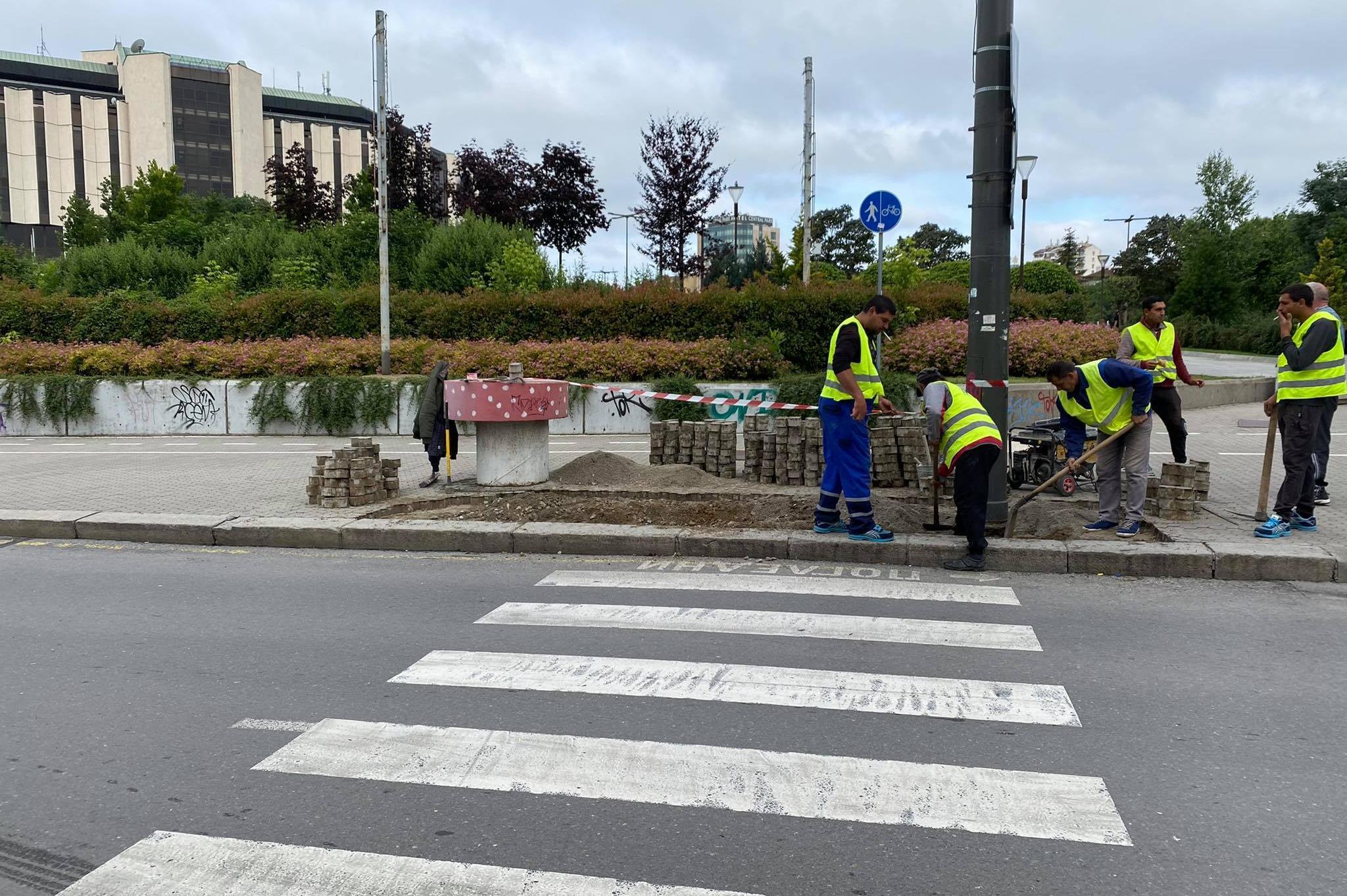 """Скосиха тротоара пред сградата на районната администрация на """"Лозенец"""" (СНИ"""