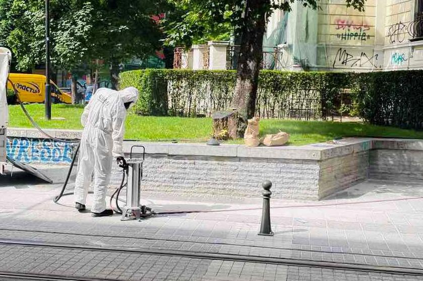 "Изчистиха графити при бившия нотариат на бул. ""Патриарх Евтимий"" (СНИМКИ)"