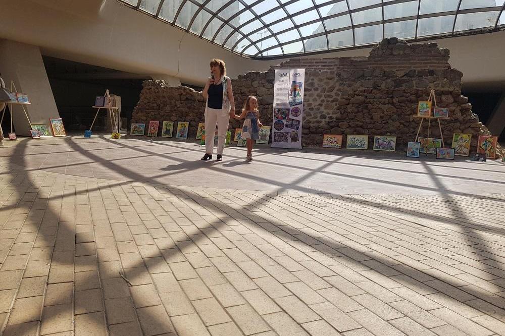 4 - годишно момиче с благотворителна изложба в Софийското Ларго за деца с е