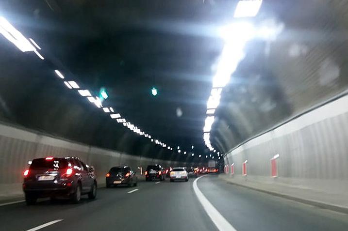 "Аварирал автомобил в тунел ""Витиня"" посока София, ограничават движението"