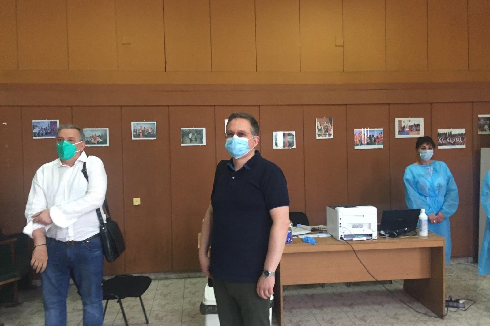 Малко над 240 ваксинирани за първите два часа в мобилните пунктове в четири