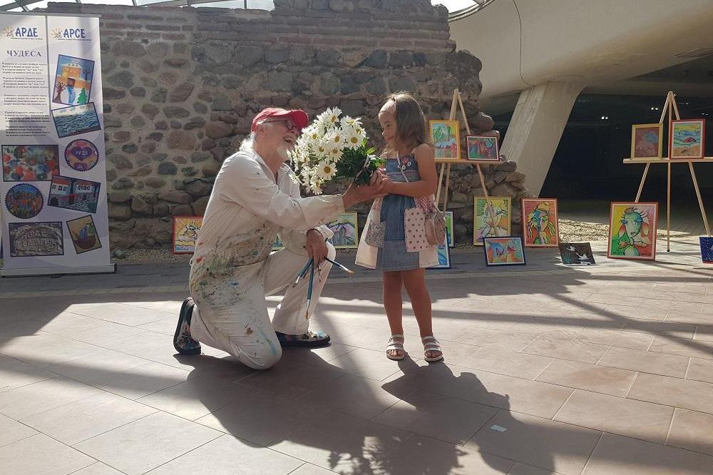 4-годишната Дара и Иван Яхнаджиев с благотворителна изложба в сотлицата в п