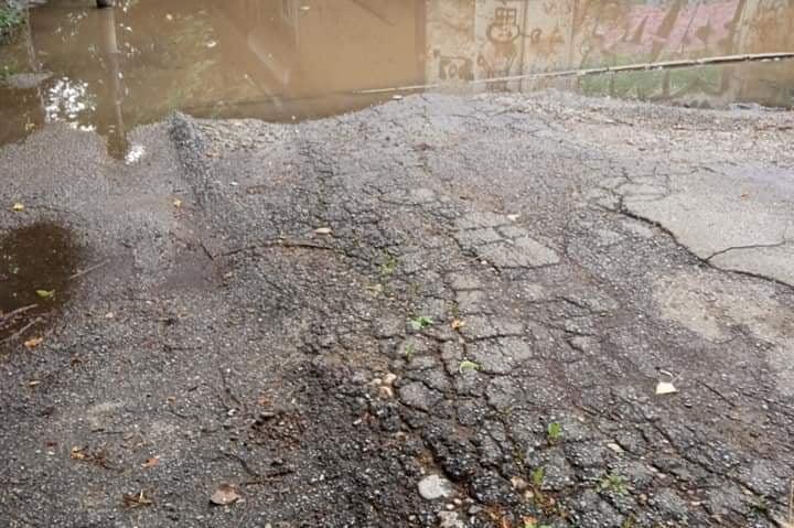 Трафопост и детска площадка потънаха във вода между бл. 54 и 57 в Дружба 1