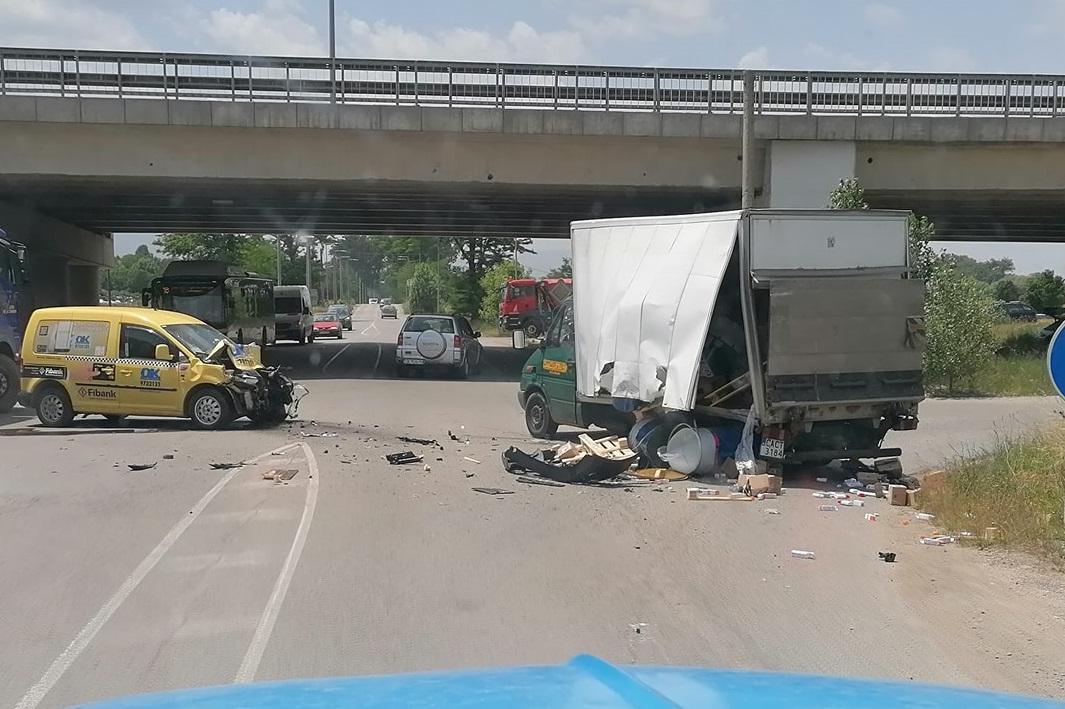Такси и камион се размазаха на кръстовище на Чепинско шосе