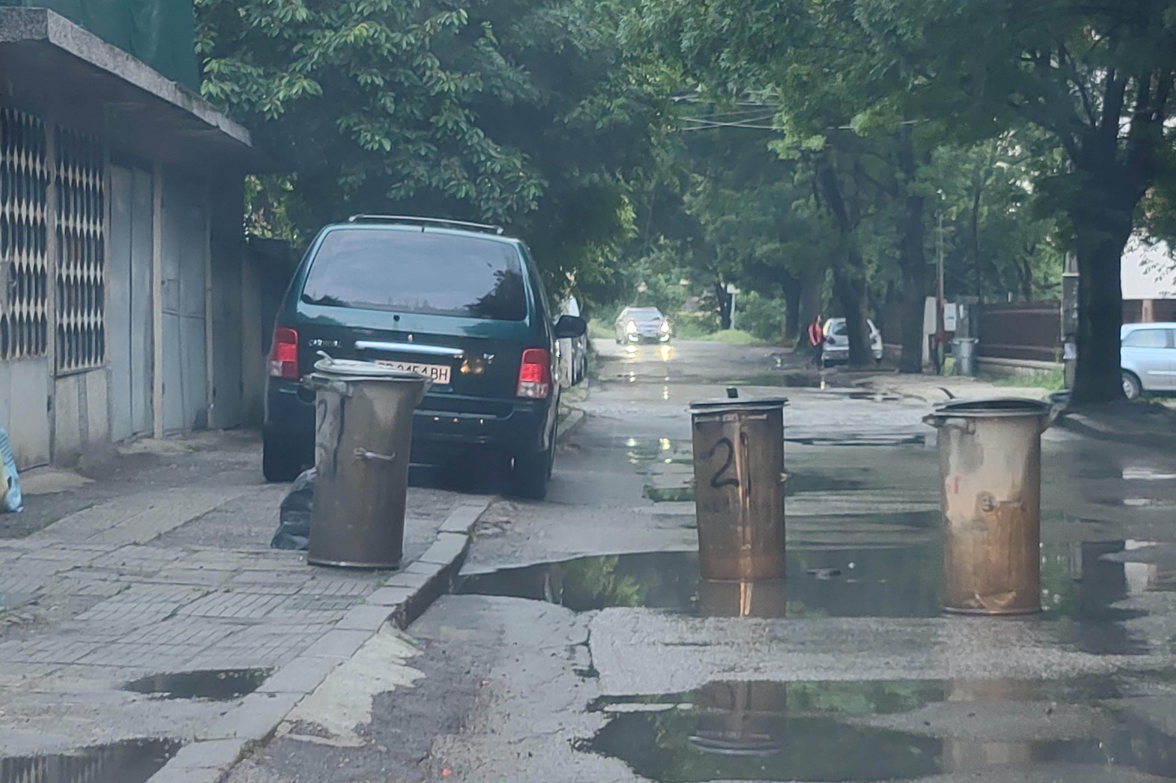 С кофи за боклук граждани си пазят колите от дупки в Овча купел