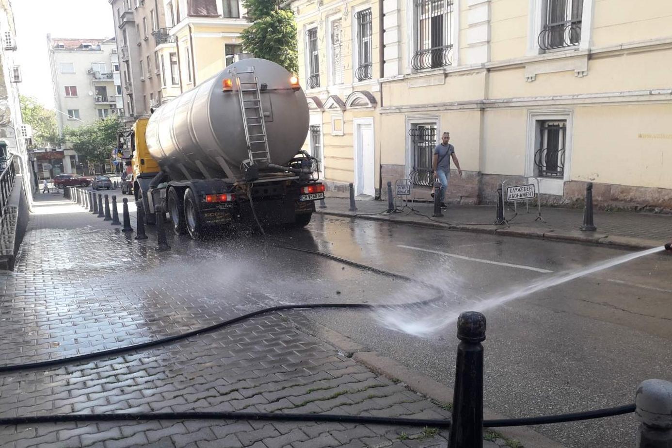 Допълнително оросяват улици и булеварди в София заради жегите