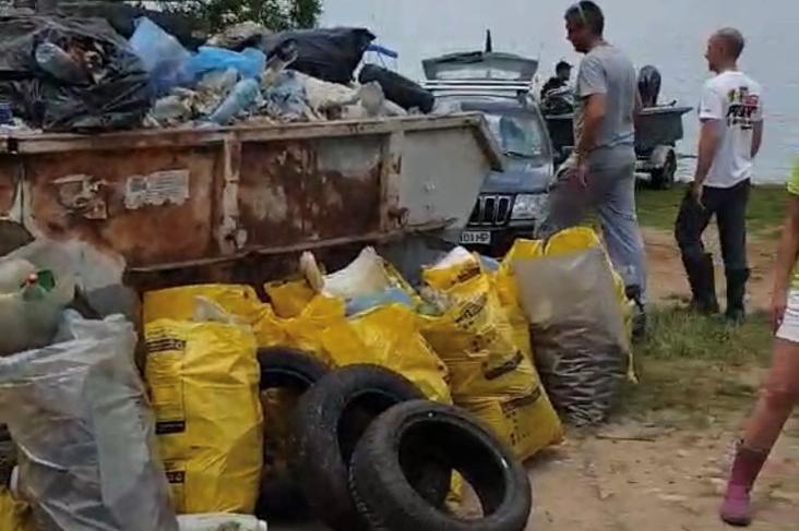 """От риболовен клуб """"Приятели"""" събраха над 100 чувала с боклук около яз. Искъ"""