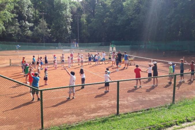 Къде да заведем децата през уикенда: На безплатен открит урок по тенис в На