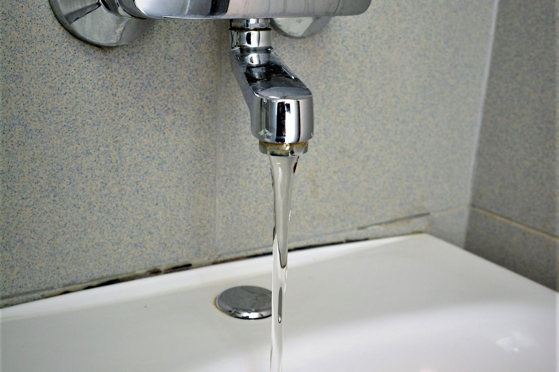 """Вода  извира от прозорците на училище в """"Слатина"""" заради забравена чешма"""