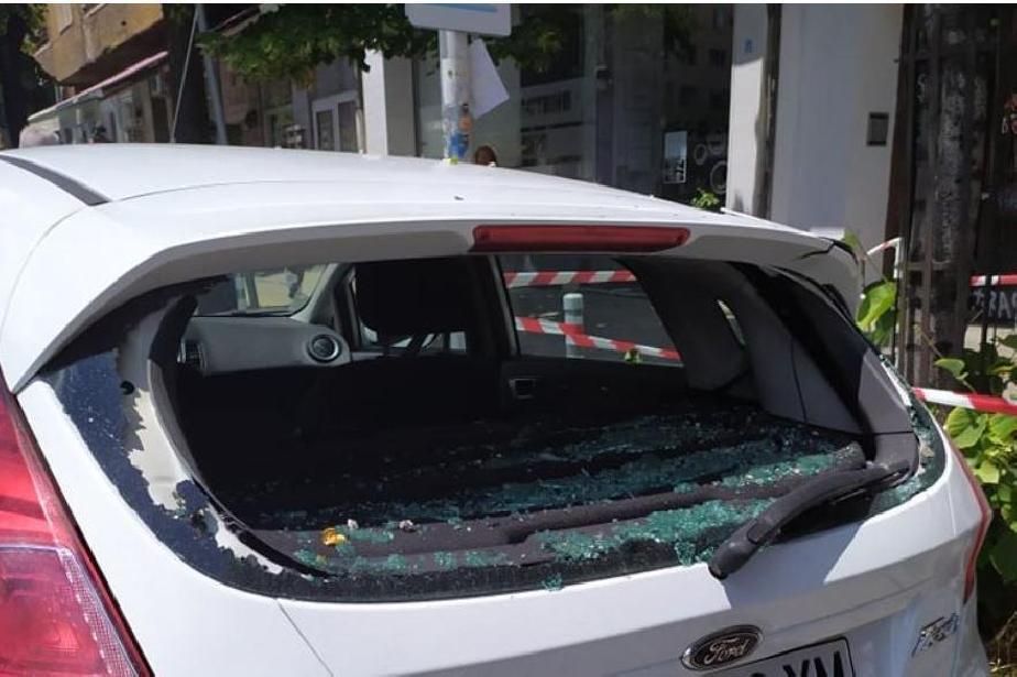 """На площад """"Македония"""": Отломка от фасада на сграда падна на спирка (СНИМКИ)"""