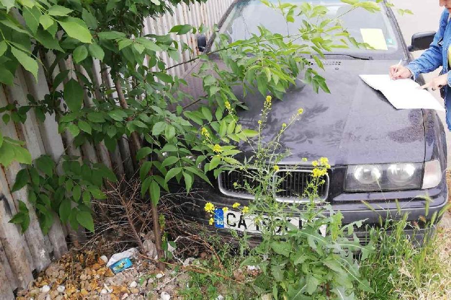 """Сложиха стикери на 12 излезли от употреба коли в """"Христо Ботев"""""""