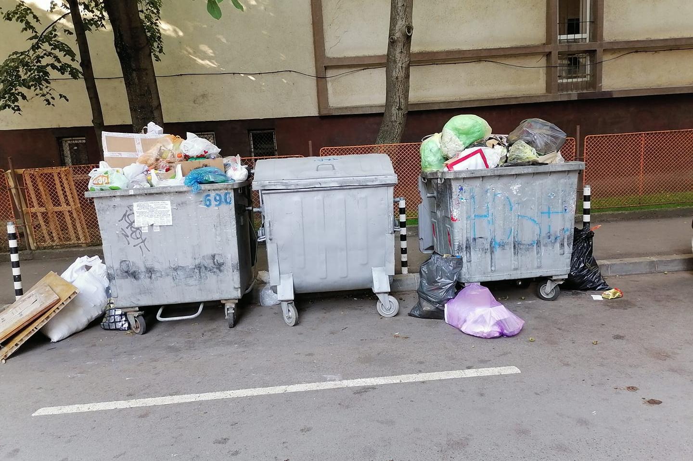 В Лозенец контейнери със затворени капаци стоят празни, боклуците преливат