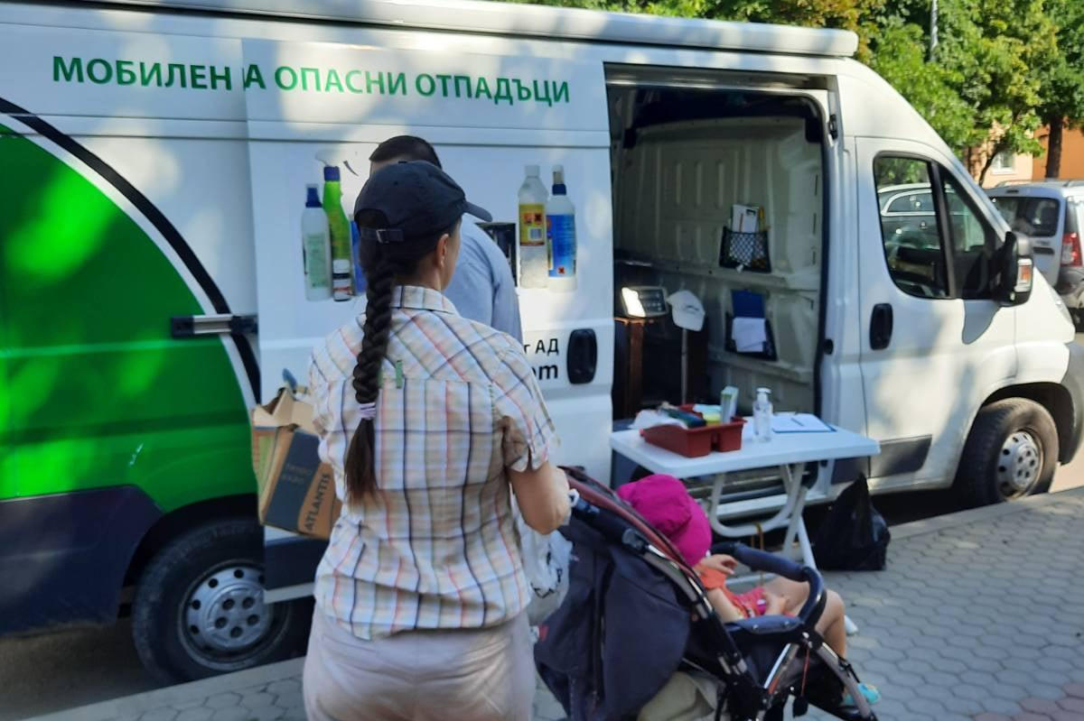 """Над 400 кг. опасни отпадъци бяха събрани в мобилния пункт в """"Искър"""" (СНИМКИ"""