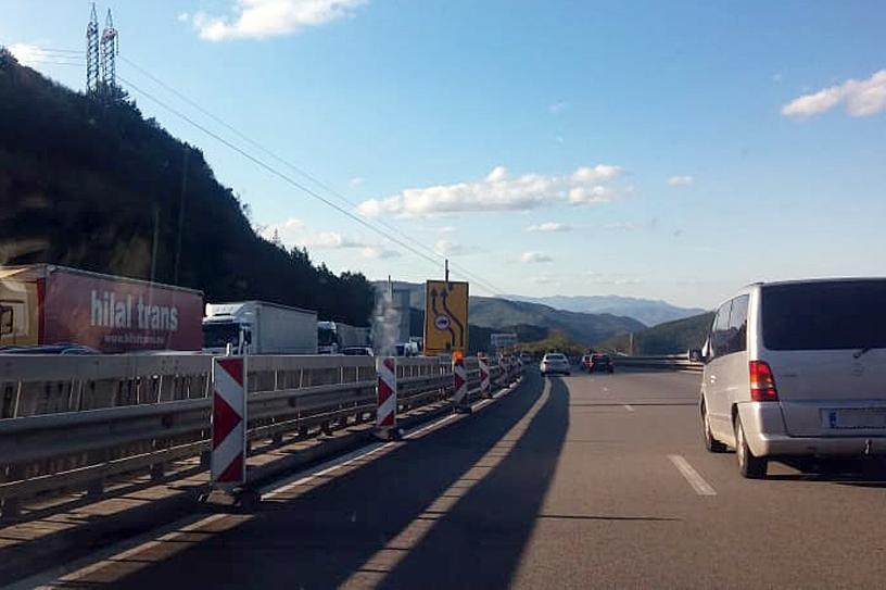 Огромна тапа на изхода на София в посока Бургас, колоните са дълги по около