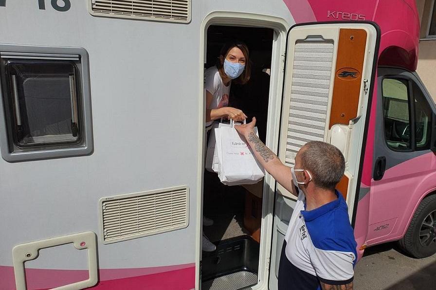 """""""Розова прегръдка"""" получиха 200 пациентки с рак на гърдата от """"Св. Иван Рил"""