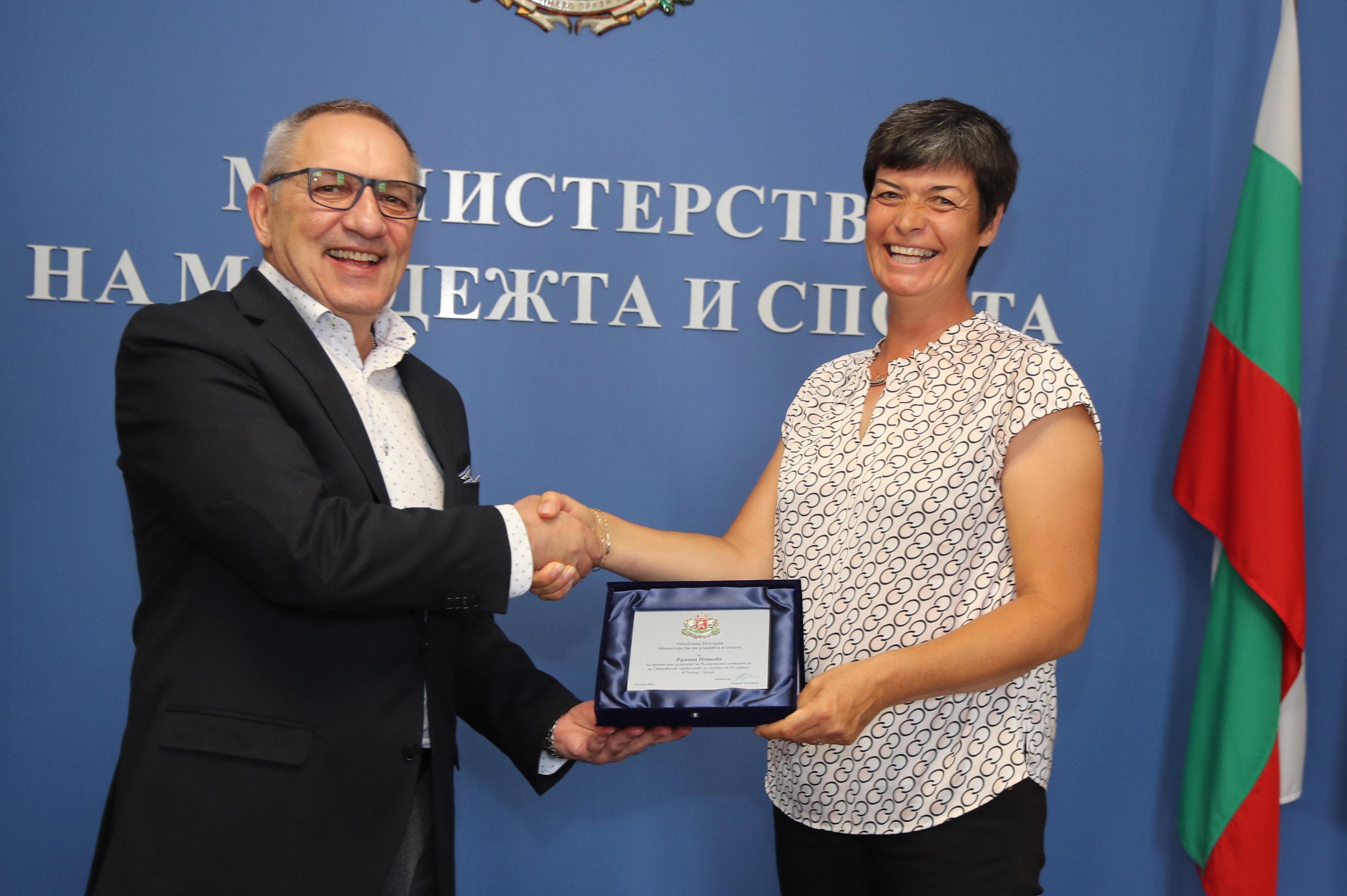 Министър Кузманов награди майка и син за световната титла  гребането до 23