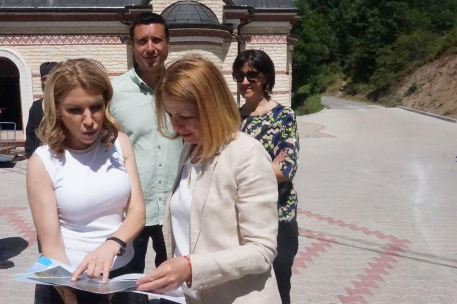 Фандъкова провери ремонтирането на пътя за Дивотинския манастир
