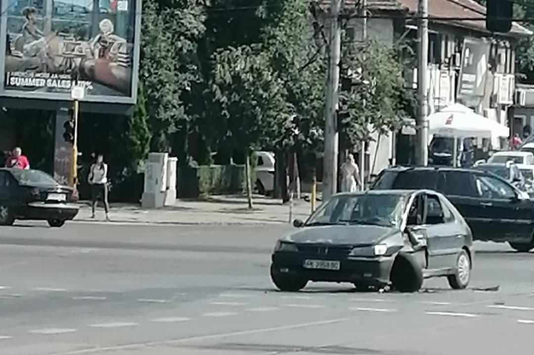 """Пасат блъсна Пежо на """"К. Величков""""  и """"Сливница"""" и избяга"""